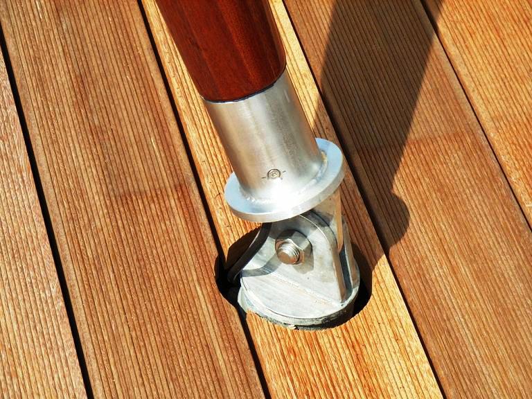 aeronautec textile Architektur, Mastbefestigung auf Dachterrasse mit Holzboden
