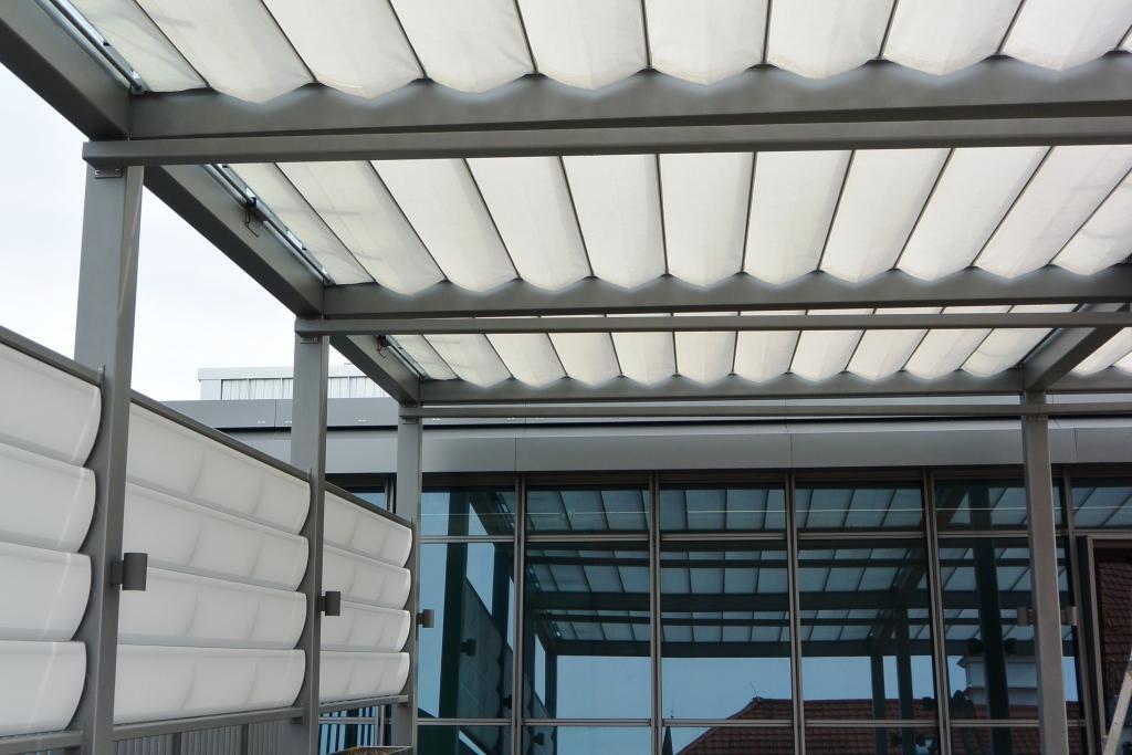 aeronautec Reffmembrane zeitlos und filigraner Wetter- und Sonnenschutz, Dachterrasse mit Seitenschutz