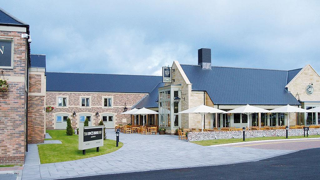 sturmsichere Großschirme, Sonnenschirme als Wetterschutz für Außenbereiche, Terrassen und Gastronomiebereich